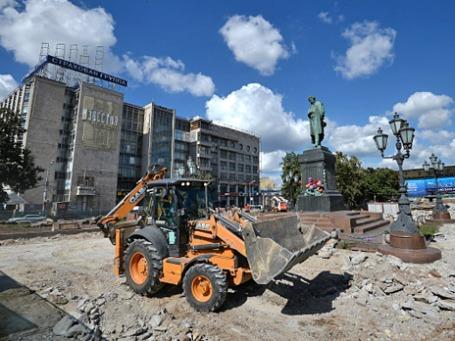 Замена тротуарной плитки на Пушкинской площади в Москве. Фото: РИА Новости