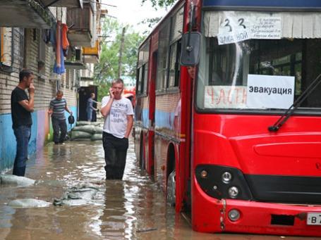 Жители подтопленных домов в Хабаровске готовятся к эвакуации. Фото: РИА Новости