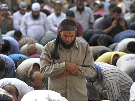Сторонники Братьев-мусульман во время молитвы. Фото: Reuters