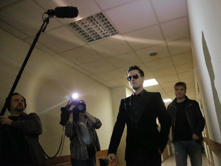 Певец Виталий Грачев (второй справа), и его продюсер Сергей Пудовкин в Останкинском суде Москвы. Фото: РИА Новости
