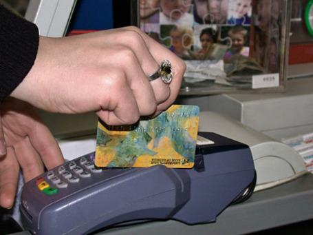 Оплата покупки через терминал пластиковой банковской картой. Фото: РИА Новости