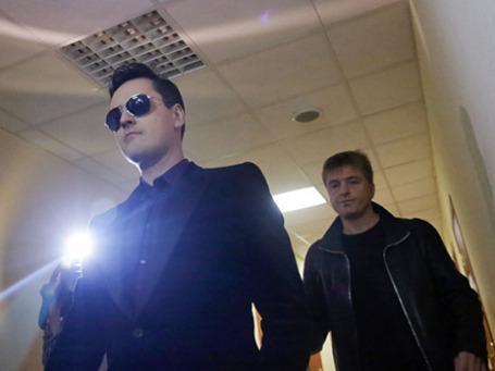 Певец Виталий Грачев (слева), и его продюсер Сергей Пудовкин перед началом заседания Останкинского суда Москвы. Фото: РИА Новости