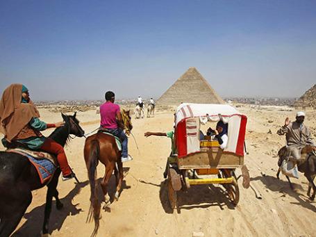 Туристы во время экскурсии  на окраине Каира. Фото: Reuters