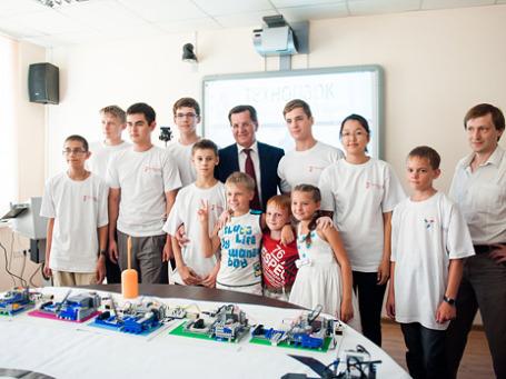 Губернатор Астраханской области Александр Жилкин (в центре) на открытии технопарка. Фото предоставлено пресс-службой