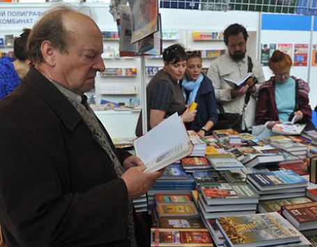 Посетители XXIV Московской международной книжной ярмарки на ВВЦ. Фото: РИА Новости