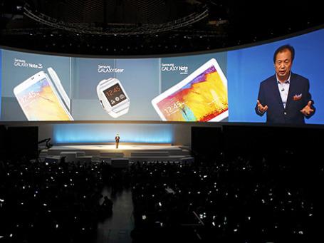 Генеральный директор, глава мобильного подразделения Samsung Шин Йонг-Кю  во время презентации новых продуктов на IFA, проходящей в Берлине. Фото: Reuters