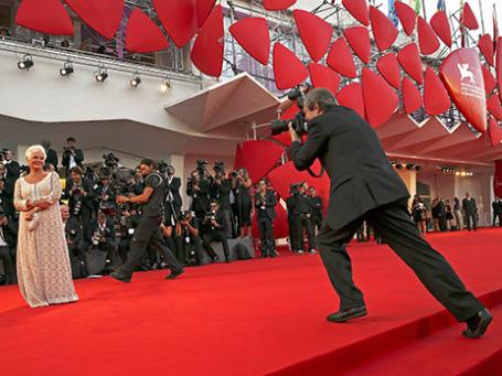 Актриса Джуди Денч позирует фотографам на красной ковровой дорожке 70-ого Венецианского кинофестиваля. Фото: Reuters