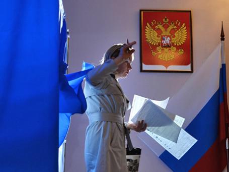 Женщина во время голосования на избирательном участке. Фото: РИА Новости