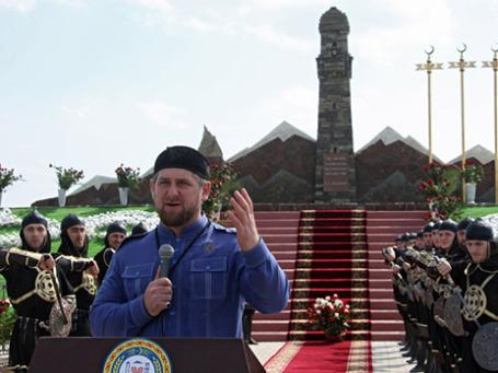 Глава Чеченской Республики Рамзан Кадыров во время церемонии открытия мемориала «Дади-Юр», посвященного чеченским женщинам, погибшим в 1819 году в Гудермесском районе Чечни. Фото: РИА Новости
