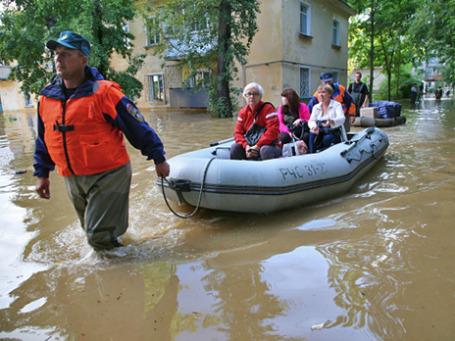 Спасатели «МЧС России»  эвакуируют жителей одного из районов Хабаровска, затопленного паводковыми водами. Фото: РИА Новости