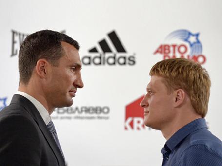 Украинский боксер Владимир Кличко (слева) и российский боксер Александр Поветкин на пресс-конференции перед боем. Фото: РИА Новости