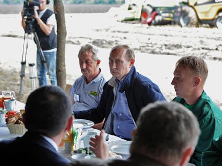 Президент России Владимир Путин (в центре) во время встречи с комбайнерами - работниками агрохолдинга «Кубань» в Усть-Лабинском районе Краснодарского края. Фото: РИА Новости