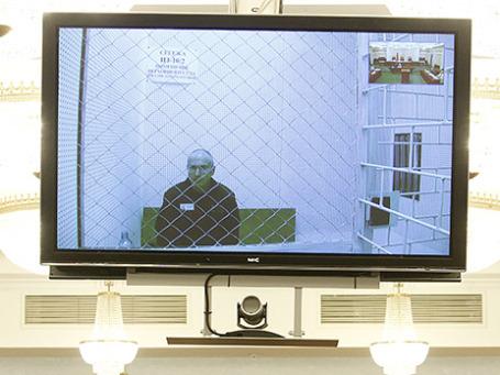 Экс-глава ЮКОСа Михаил Ходорковский на экране монитора видеотрансляции из мест заключения во время заседания Верховного суда РФ, где рассматривается надзорная жалоба на приговор Михаилу Ходорковскому и его бывшему партнеру Платону Лебедеву. 6 августа 2013 г. Фото: Reuters