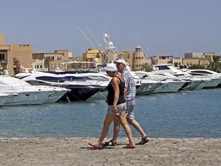 Туристы гуляют вдоль побережья Красного моря в Хургаде. Фото: Reuters