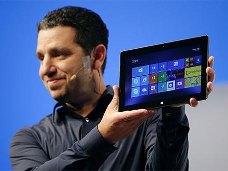 Вице-президент компании Microsoft представляет планшет Surface второго поколения. Фото: Reuters