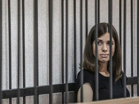 Участница панк-группы Pussy Riot Надежда Толоконникова перед началом заседания Верховного суда Республики Мордовии 26 июля 2013 года. Фото: РИА Новости