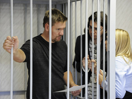 Активист Greenpeace Энтони Перрет, обвиняемый в терроризме и ведении незаконной научно-исследовательской деятельности, во время судебного заседания в Ленинском суде города Мурманска. Фото: РИА Новости