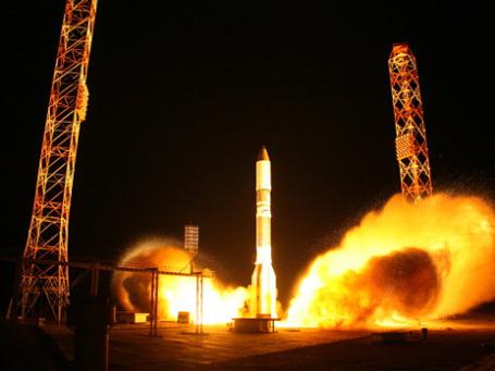 Старт ракеты-носителя «Протон-М» с телекоммуникационным космическим аппаратом «Астра-2Е» с пусковой площадки космодрома «Байконур». Фото: РИА Новости