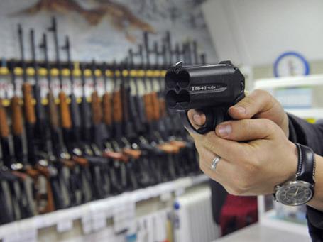 Покупатель осматривает травматический пистолет в одном из оружейных магазинов Москвы. Фото: РИА Новости
