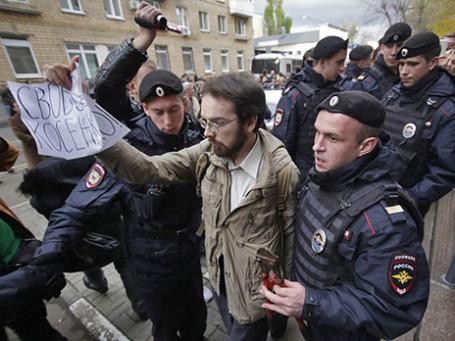 Сотрудники правоохранительных органов задерживают участника акции в поддержку Михаила Косенко у здания Замоскворецкого суда. Фото: РИА Новости