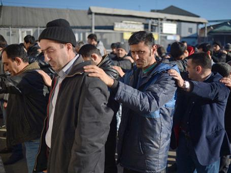 Массовое задержание мигрантов сотрудниками полиции в ходе проверки на овощной базе в Западном Бирюлево. Фото: РИА Новости