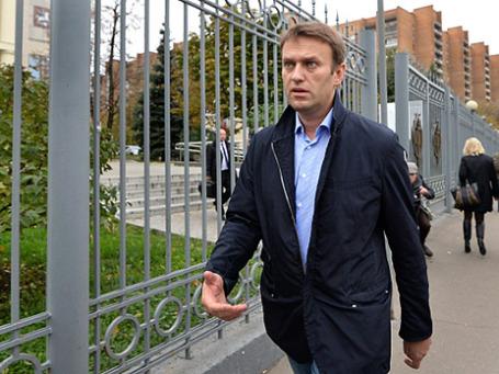 Оппозиционер Алексей Навальный у здания Мосгорсуда после судебного заседания 9-го октября 2013 года. Фото: РИА Новости