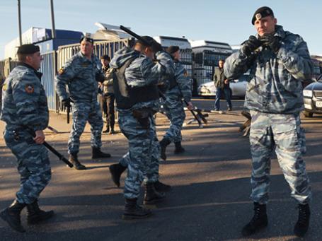 Сотрудники полиции во время проверки овощной базы в Западном Бирюлево. Фото: РИА Новости