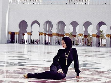 Певица Рианна у мечети шейха Зайда. Фото:  Inastagram/badgalriri