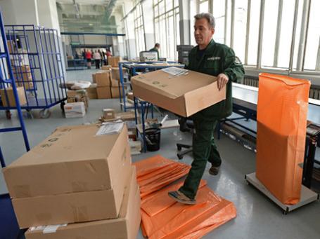 Сотрудник аэропорта  в зоне таможенного контроля. Фото: РИА Новости