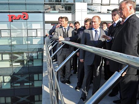 Президент России Владимир Путин (в центре) во время осмотра нового железнодорожного вокзала в Адлере. Фото: РИА Новости