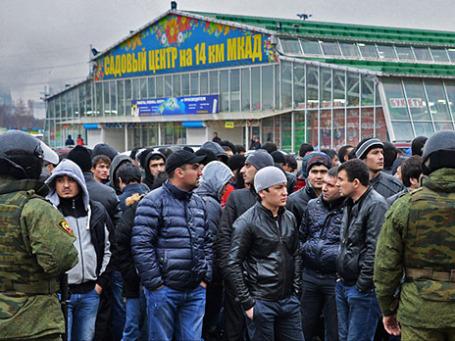 Сотрудники полиции проверяют документы у граждан на территории торгового центра «Садовод» в Москве. Фото: РИА Новости