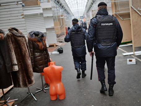 Сотрудники полиции на территории торгового центра «Садовод» в Москве. Фото: РИА Новости