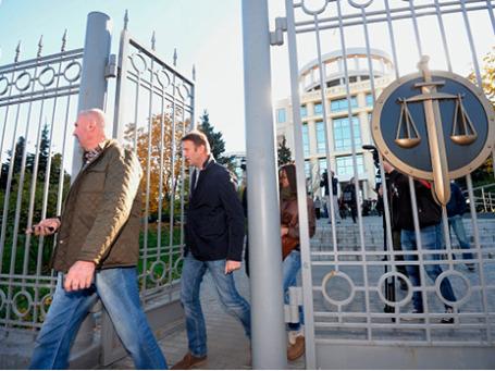 Оппозиционер Алексей Навальный (в центре) у здания Мосгорсуда после заседания. Суд признал законным возбуждение дела о хищении у «Ив Роше». Фото: РИА Новости