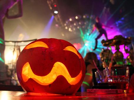 Празднование Хэллоуина в ночном клубе. Фото: РИА Новости