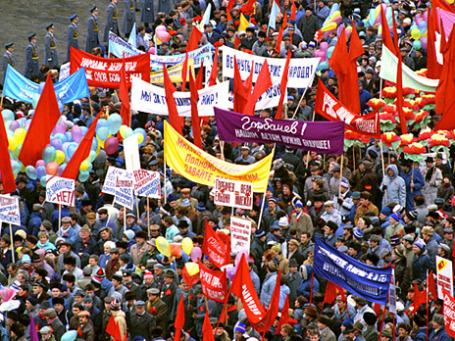 Участники последней ноябрьской демонстрации на Красной площади в честь 73-летней годовщины Великой Октябрьской социалистической революции 1917 года. Ноябрь 1990 года. Фото: РИА Новости
