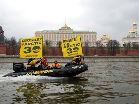 Активисты организации Greenpeace во время проведения акции на Москве-реке. Фото: РИА Новости