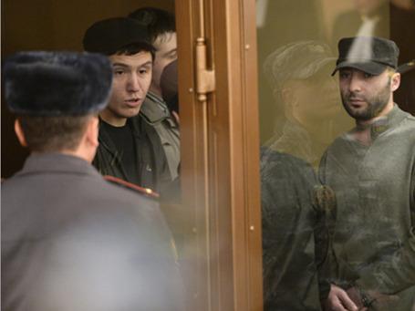 Башир Хамхоев (слева) и Ислам Яндиев, обвиняемые по делу о теракте в аэропорту «Домодедово», во время оглашения приговора в Московском областном суде. Фото: РИА Новости