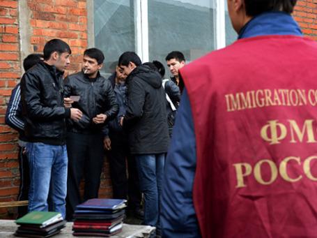 Иностранные рабочие во время проверки документов в ходе рейда ФМС. Фото: РИА Новости