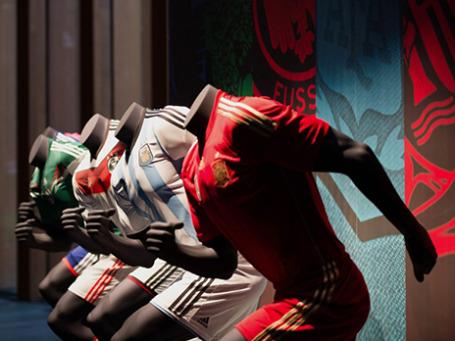Образцы футбольной формы от Adidas на презентации новой экипировки сборной России по футболу. Фото: РИА Новости