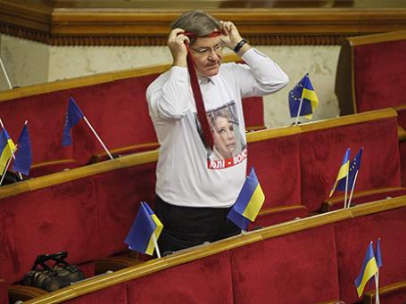 Член парламентской оппозиции в майке с надписью «Юли - волю». Фото: Reuters