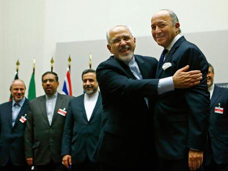 Глава МИД Ирана Мохаммад Джавад Зариф обнимает главу МИДа Франции Лорана Фабиуса после завершения переговоров между странами «шестерки» и Ираном по ядерной программе. Фото: Reuters