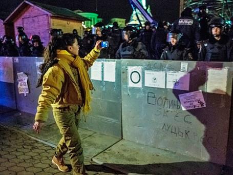 Певица Руслана записывает видео на мобильный телефон после разгона палаточного лагеря сторонников евроинтеграции на площади Независимости в Киеве. Фото: РИА Новости