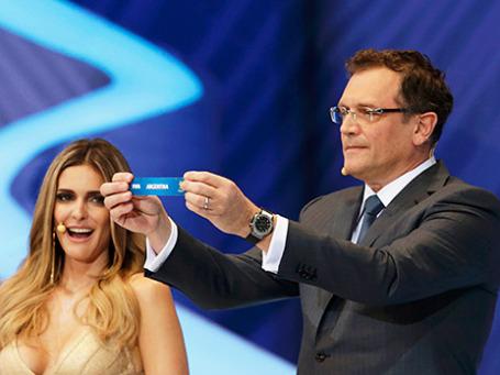Генеральный секретарь ФИФА Жером Вальке вытягивает листок с надписью «Аргентина» во время жеребьевки чемпионата мира по футболу 2014 года. Фото: Reuters
