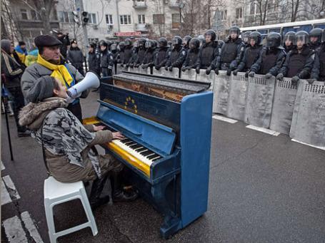 Сторонники евроинтеграции во время митинга возле здания администрации президента в Киеве. Фото: Reuters