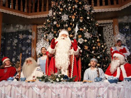 Дед Мороз в окружении гостей в своей резиденции в Великом Устюге. Фото: РИА Новости