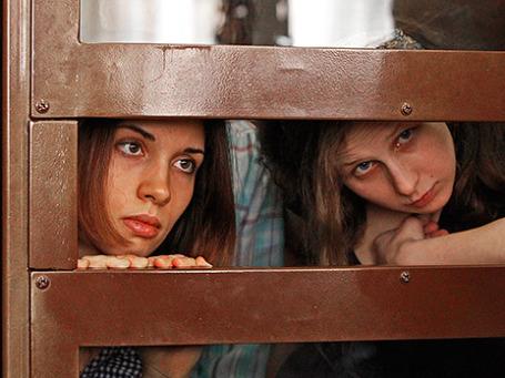 Участницы панк-группы Pussy Riot Надежда Толоконникова (слева) и Мария Алехина. Фото: Reuters