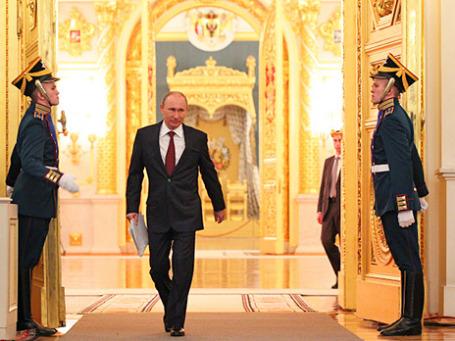 Президент России Владимир Путин перед выступлением с ежегодным посланием к Федеральному Собранию РФ 12 декабря 2012 года. Фото: РИА Новости