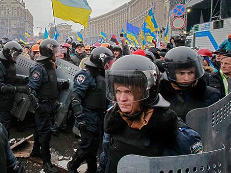 Сотрудники внутренних войск покидают Крещатик после неудачного штурма здания мэрии, в котором забаррикадировались митингующие. Фото: Reuters