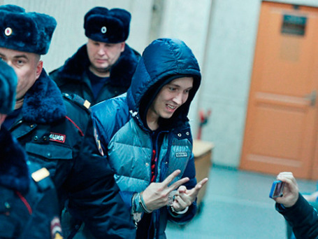 Рэп-исполнитель Роман Чумаков, подозреваемый в разбойном нападении, перед заседанием Савеловского суда города Москвы. Фото: РИА Новости