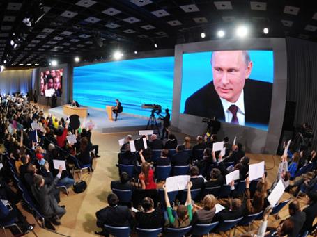 Президент России Владимир Путин отвечает на вопросы журналистов на большой ежегодной пресс-конференции 19 декабря 2013 года. Фото: РИА Новости
